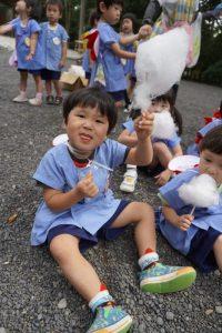 いよいよお楽しみタイム!「綿菓子、大きいでしょ!!」の様子