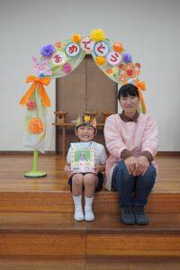 お誕生月の先生と一緒ににっこりいいお顔で記念写真をパチリ☆の様子