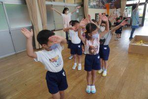 ドラえもん音頭と神宮幼稚園音頭を踊りました☆の様子