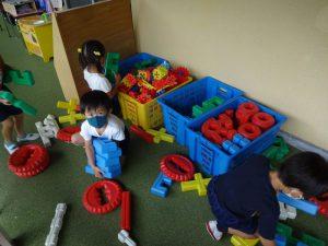今日の終業式を迎える前に、みんなで保育室の大掃除!おもちゃを整理して~の様子